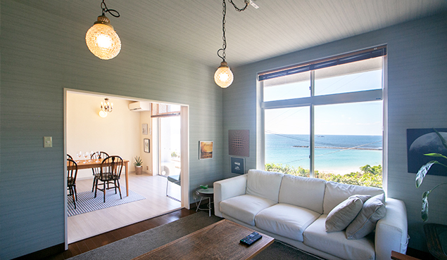家族の時間をここでリビングルーム。テレビ、DVD、ソファなどくつろげる空間をご用意。貸別荘ならではの過ごし方をここで体験してください。